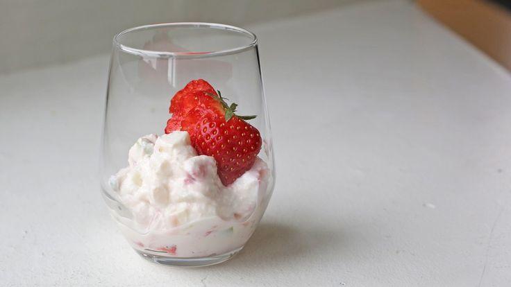 Yoghurtdessert med jordbær, eple og hvit sjokolade