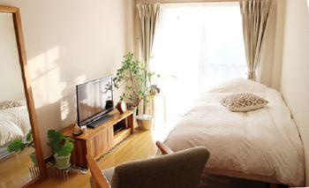 ベッドを壁につけた定番の配置。限られたスペースだからこそ、こんな風に厳選したものだけを置いてお気に入りの空間にしたいですね。