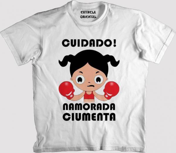 Camiseta CUIDADO! NAMORADA CIUMENTA