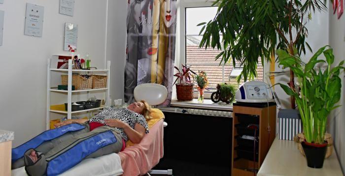 Nechte se hýčkat v kosmetickém studiu Regina. Kosmetické studio Regina nabízí kompletní kosmetické ošetření, které je vždy přizpůsobeno typu pleti a věku klientky či klienta. Hýčkat se zde můžete nechat nejen na tváři, ale i na duši, majitelka studia Regina Maříková, totiž vyniká také v astrologickém poradenství.
