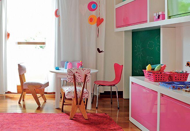 Em torno da pequena mesa, as cadeiras em miniatura têm design de José Zanine Caldas e Arne Jacobsen. Além de soltar a criatividade no papel, Nina, de 3 anos, também pode usar a lousa para desenhar. O projeto é da arquiteta Bianca Duart