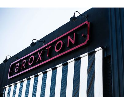 Broxton es un restaurante de hamburguesas y cervezas artesanales ubicado en la ciudad de Saltillo, Coahuila. Se desarrollo todo el concepto, gráfico, interiorismo, arte y arquitectura