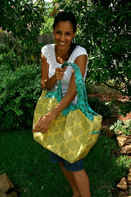I made myself a new bag yesterday. It bears a striking resemblance to the apron I made for Thanksgiving, because I love that fabric! by lebanoncedars, via Flickr textiles-and-fabric-creations