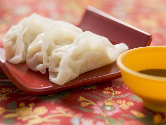 Teigtaschen aus Asien (Wan Tan) mit Sojasoße ist ein Rezept mit frischen Zutaten aus der Kategorie Soja. Probieren Sie dieses und weitere Rezepte von EAT SMARTER!
