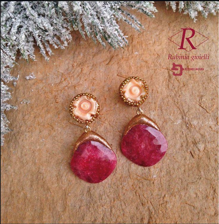 Orecchini in oro, con rose di corallo e rombi di rodocrosite, firmati Rubinia gioielli. www.rubinia.com