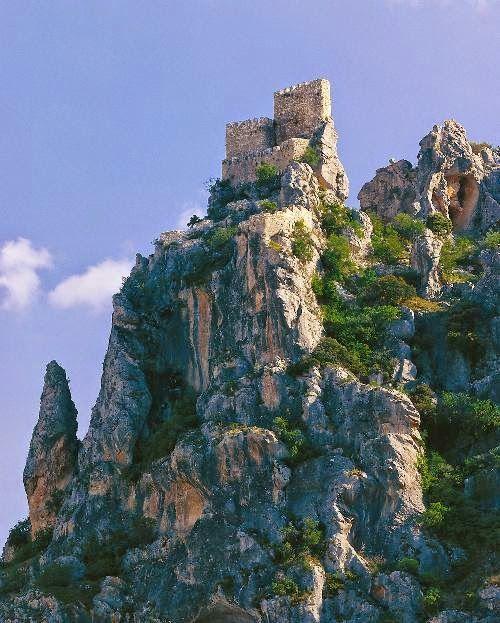 CASTLES OF SPAIN - Castillo de Albanchez de Mágina, Jaén. En 1231 Albanchez fue conquistado por los caballeros de la Orden de Santiago y, en un primer momento, Fernando III lo cedió al Concejo de Baeza. En 1309, Fernando IV lo entregó a la Orden de Santiago, como agradecimiento por su conquista. A princípio del Siglo XIV, se reconstruyó el castillo, que aunque carecía de capacidad para acuartelar tropas, ofrecía unas perspectivas extraordinarias para la vigilancia de la zona.