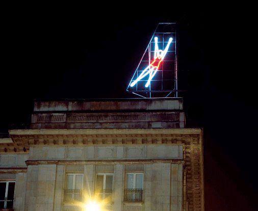"""Neon """"Siatkarki"""" zaprojektowany przez Jana Mucharskiego w 1960 i odnowiony przez Paulinę Ołowską w 2006, fot. Marek Sokołowski"""