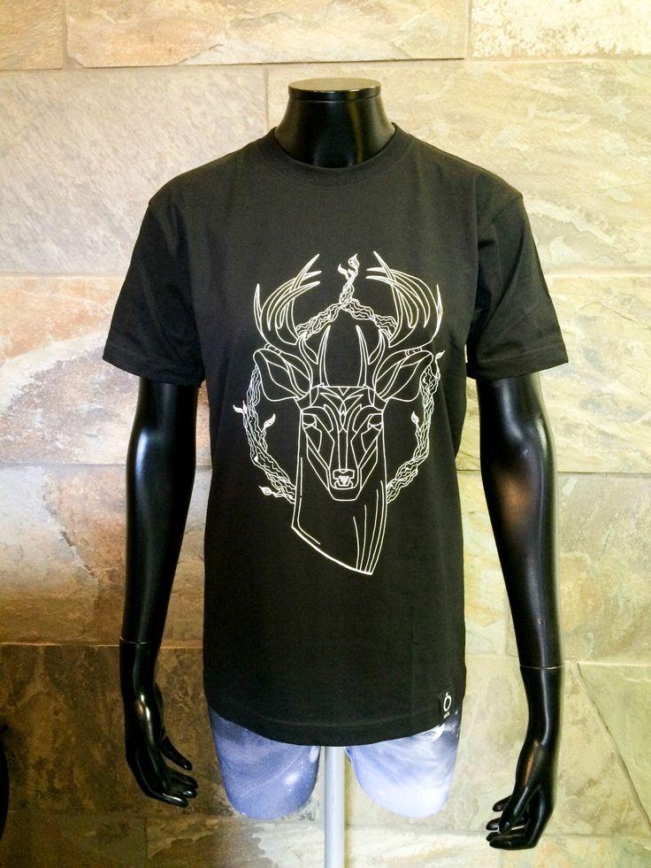 Sort t-skjorte med hvit silketrykk fra Njól Clothing.