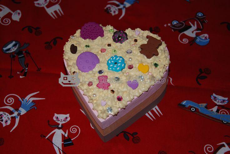 Caja de madera: decorada, pintada y realizada a mano con los siguientes materiales:  -Silicona color vainilla (no comestible) -Fimo -Strass y perlas de colores  *** Pieza única ***  Visítanos en: www.lacestadelgato.com