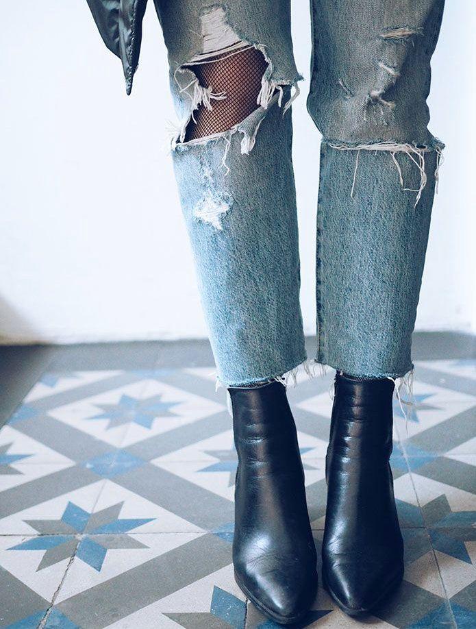 Pour ou contre le port du collant en résille sous un jean destroy ? (photo Camilla Pihl)