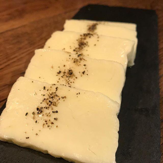 こんばんは! 鋳物焼肉3136です(#^.^#) . . 美味しいお酒にお肉、そしてオススメのチーズです(#^.^#) . . ちょうどいい塩あじで、焦げ目をつけるまでじっくりと鋳物で焼くと絶品です(#^.^#) . . 本日は土曜の為、17:00〜ディナースタートです(#^.^#) . . #六本木 #完全個室 #鋳物焼肉 #焼肉 #表参道 #姉妹店 #韓国料理 #個室 #肉フェス #同伴 #個室焼肉 #隠れ家 #マッコリ #大江戸線 #yakiniku #韓国 #ハラミ #肉  #ユッケジャンスープ #石焼ビビンパ #サーロイン #イチボ #カルビ #ロース #ナムル #トッポギ #チーズ