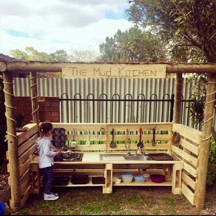 Kids outdoor mud kitchen. I would have loved this as a kid!