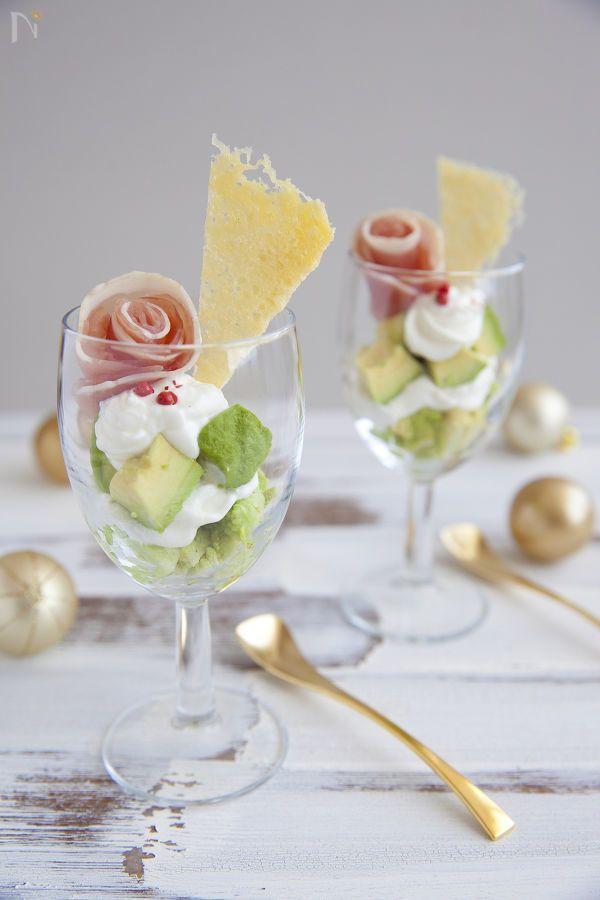 グラスに盛りつけるだけで、サラダが華やかになる、サラダパフェ。クリスマスカラーなので、クリスマスパーティーにもおすすめです。