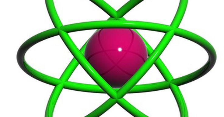 Decoberta do próton e do nêutron. Prótons e nêutrons são partículas subatômicas encontradas no núcleo do átomo. Juntos, prótons e nêutrons são conhecidos como núcleons. Ambas as partículas foram descobertas no início do século XX, muito depois do descobrimento de outra partícula subatômica básica, o elétron. As descobertas do próton e do nêutron são marcos importantes no ...
