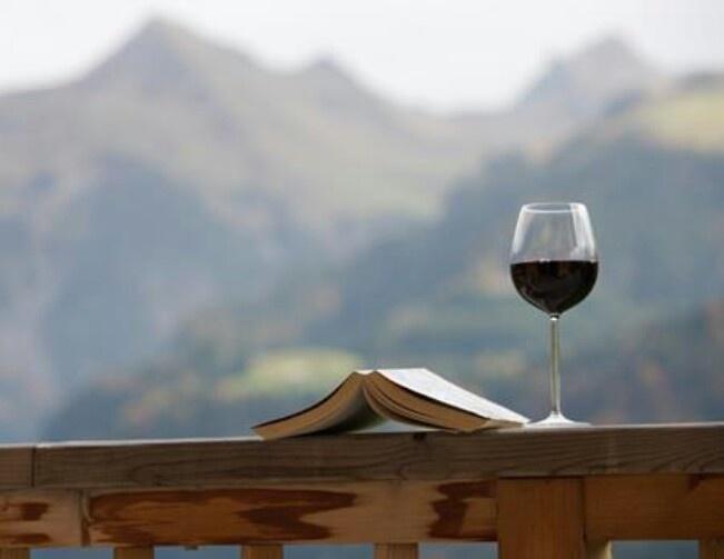 El placer de leer una gran historia con la compañia de un buen vino
