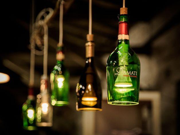Der Preis beinhaltet die **(eine)** Lampe aus einer Flasche, inclusive Kabel (ca. 100 cm), Fassung (E14 oder E27, die Proportionen müssen stimmen) und Baldachin (_Technik_ = Fassung, Kabel und...