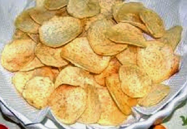 Receitas de lanches naturais: chips de inhame e bolacha de aipim/macaxeira   CHIPS DE INHAME 2 inhames, Sal, 1 col (chá) de azeite de oliva, 1 col (chá) de alecrim picado, 1 col (chá) de orégano  Descasque os inhames, corte em fatias bem fininhas e coloque numa vasilha com água e sal. Deixe de molho por 20 minutos. Em seguida, escorra e seque bem com papel toalha. Forre uma bandeja com papel manteiga, espalhe as fatias de inhame e as cubra com sal, azeite e o orégano. Leve a bandeja ao…