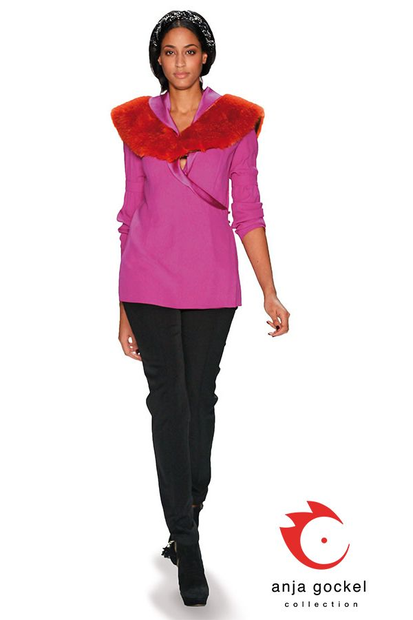 Black diva trousers in combination with amethyst colored blouse and thrilling turmalin colored fake fur collar