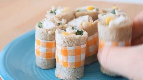 Vídeo Receta de Rollitos de Pollo con Salsa César Nuestros chicos del Blog Eat Fashion nos proponen una deliciosa receta de Rollitos de Pollo con Salsa César. ¡Mira que fácil es prepararla!