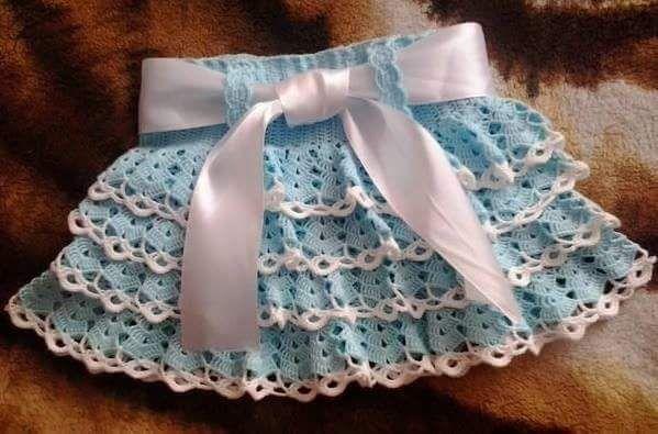 Saias e Vestidos em Crochê com Gráfico      Vejam estas lindas peças em crochê, indico os fios Anne , Clea 5 ou Charme da Círculo par...