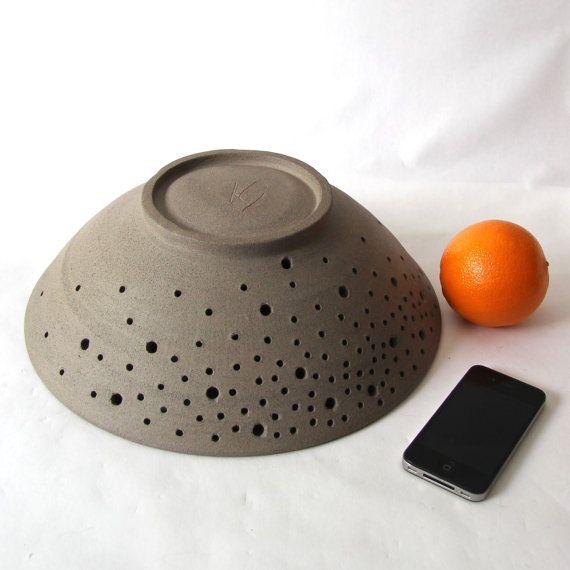 Grote aardewerk fruit bowl wiel gegooid grijze door CurveCeramics