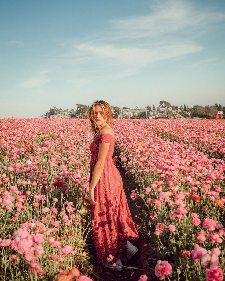 here's a nice slide of way too many flower frolicking pics (aka my dream come … – Emma Martinez