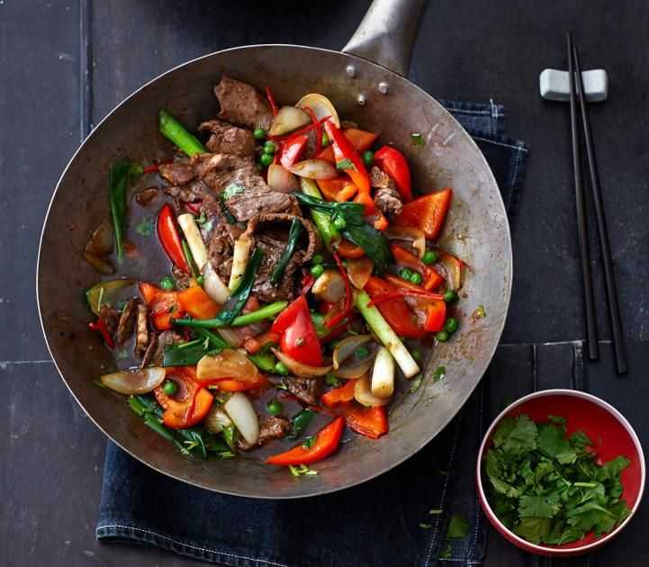 Paprika, Frühlingszwiebeln, Erbsen und Fleisch werden kurz und knackig angebraten. Zum Schluss bekommen alle Zutaten einen Aufguss aus Soja- und Austernsauce, sowie Sherry und Hühnerfond.