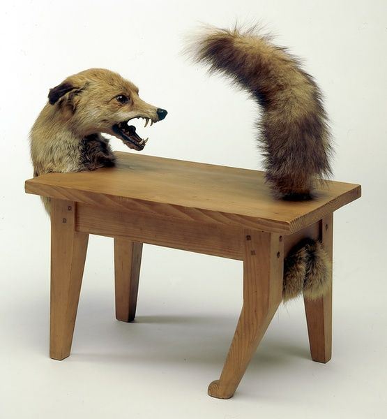 Loup-table, Victor Brauner utilisé des morceaux empaillé d'un renard. nous pourrons contenter que le renard peut être hybrider par son corps qui est devenue banc ou le banc auquel nous avons ajouté des parti de renard. Cela nous donne l'impression que le renard surgit de l'assise.