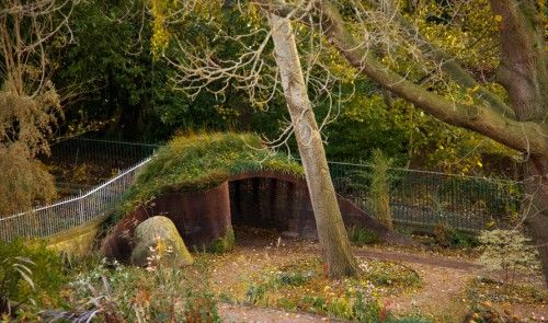 Věřte tomu, nebo ne, ale tento půvabný domeček v rohu zahrady je také kompost. Moderní a povedený. Zdroj obrázku: http://www.studiogblog.com/garden-construction-materials/materials/a-woven-rebar-garden-compost-shed-by-groves-raines-architects/