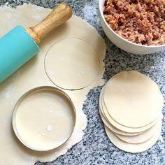 Discos para empanadas sin gluten! Son súper flexibles, no se parten al armar y son riquisimos!! • 200 g de premezcla. • 50 g de fécula de mandioca. • 1 cdta de goma xántica. • 1 huevo. • 2 cdas de aceite. • agua c/n. • sal c/n. Chicle de mandioca: • 75 ml de agua. • 1 y 1/2 cdas de fécula de mandioca.