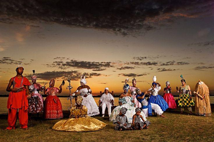 Representação dos 12 Orixás mais cultuados no Rio Grande do Sul: Bará, Xangô, Iansã, Oxalá, Pai Cleon de Oxalá, Oxum, Cosmes, Ogum, Odé e Otim, Obá, Ossanha e Xapanã.