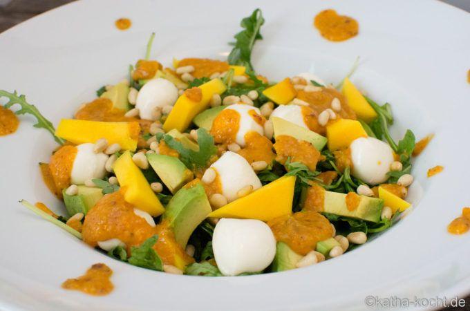 Mango-Avocado Salat mit Rucola, Mozzarella und Pinienkernen