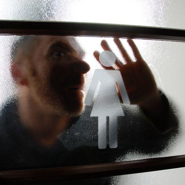"""Dat mannen niet welkom zijn in damestoiletten is discriminatie. Dat stelt Paul Joffers uit Diemen. De 34-jarige Joffers wordt regelmatig weggestuurd uit damestoiletten en laat het er niet bij zitten. Voor Joffers is het een principekwestie. """"Ik heb het recht om in damestoiletten te verblijven, als ik dat wil. In de Grondwet, artikel 1, staat dat discriminatie op basis van [...]"""