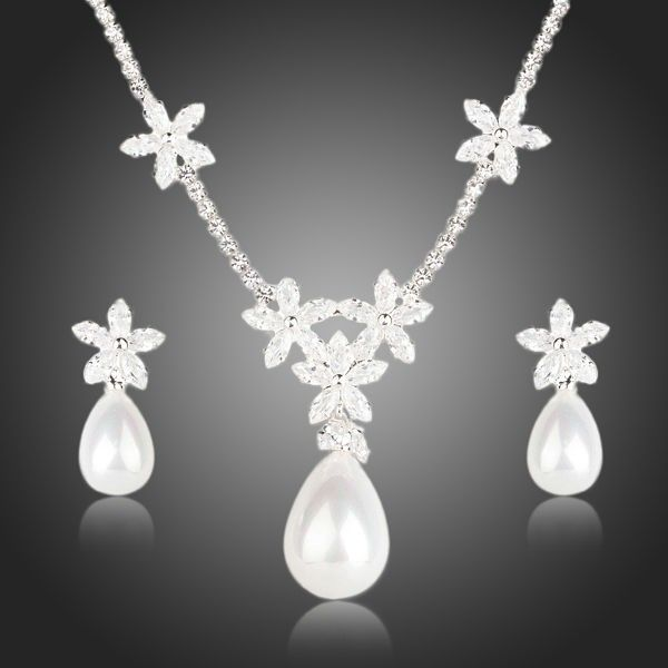 Bijuterii mireasa cu perle si cristale http://www.bijuteriifrumoase.ro/cumpara/bijuterii-mireasa-cu-stelute-si-perle-472