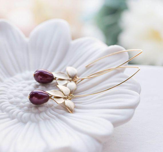 Orquídea de oro mate flor de ciruelo púrpura lágrima pendientes de perlas. Flores oro mates preciosos se cuelgan del oro plateado largo oval gancho oreja de los cables con 11mm x8mm ciruelo púrpura Swarovski perlas de lágrima colgando por debajo.  Longitud total de estos pendientes es de aprox. 2,5  (64mm) incluyendo el óvalo largo gancho los alambres del oído.  Pulsera de encaje ♥ está disponible aquí:  ♥ Haz clic en el siguiente enlace para ver más hermosos aretes modernos…