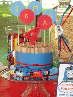 Fiesta creativa de Thomas la locomotora. Torta de cuchuflies Bueno, bonito y barato! http://gabypartydesign.blogspot.com