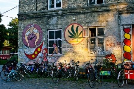 """Christiania- Freetown of Copenhagen Pour bref explication, Christiania est un quartier de Copenhague, auto-proclamé indépendant qui s'autogère par """"l'agriculture"""". Les habitants à la base de cette principauté, étaient des chômeurs, des squatteurs, et des hippies, que des réfractaires qui ne voulaient pas se soumettre au lois Danoises et qui ont créer leur propres lois dans leur propre endroit. Après 30 ans d'existence, Christiania reste toujours l'endroit peace and love de Copenhague."""
