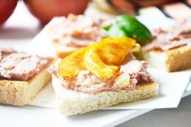 Die Hühnerleberpastete ist ein leckeres Rezept, das mit gerösteten Apfelstückchen und Thymian zubereitet wird.