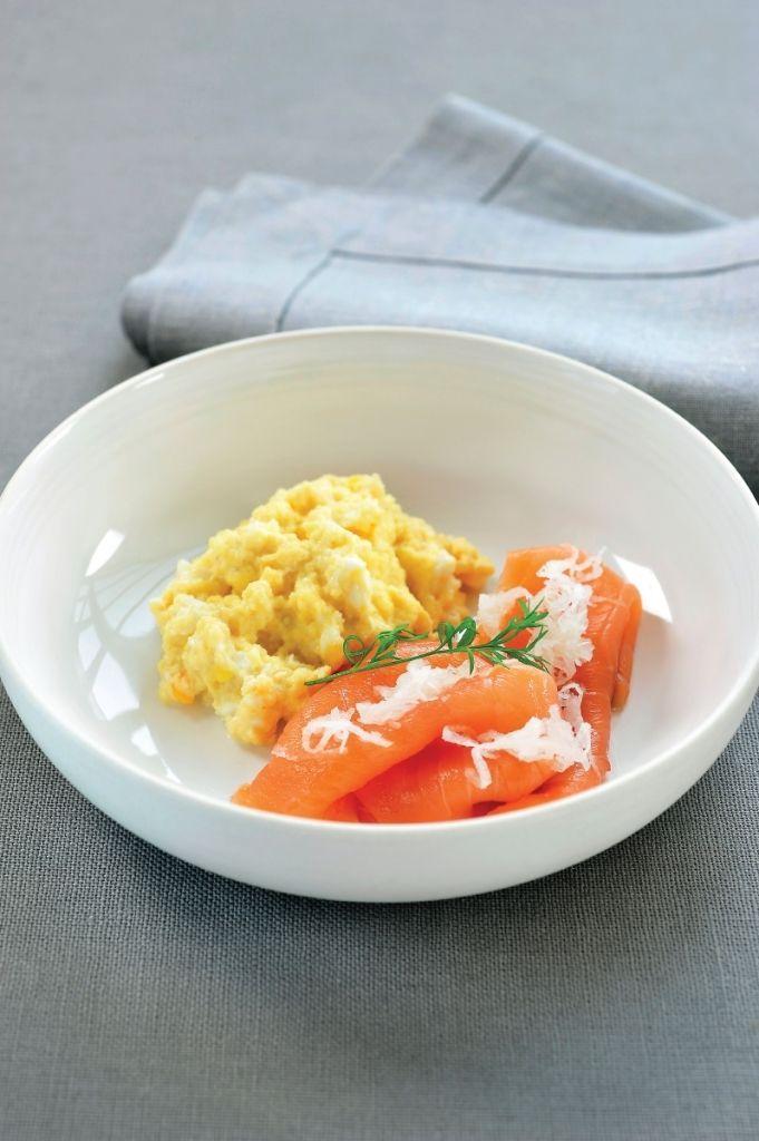 Bereiden: Maak de gerookte zalm schoon, verwijder de korst. Smelt een klontje boter, kluts hier de eitjes in en roer tot een smeuïg roerei. Schil de mierikswortel en rasp ongeveer 1 eetlepel fijn. Voeg het sap van een halve citroen (tegen het verkleuren) en een scheutje olijfolie toe. Serveren: Snij mooie, dunne plakjes van de zalm en dresseer mooi op een bordje. Leg er een lepeltje roerei naast en werk af met de geraspte mierikswortel en een takje dille.