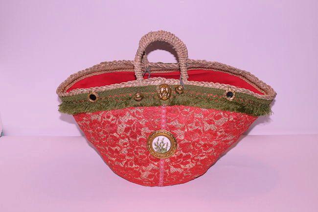 #borsadonna #coffasiciliana rivestimento esterno #pizzo #corallo fodera interna #cotone #rosso #dipintoamano #fichidindia su tondo di #porcellana di 4 cm info@decortack.it
