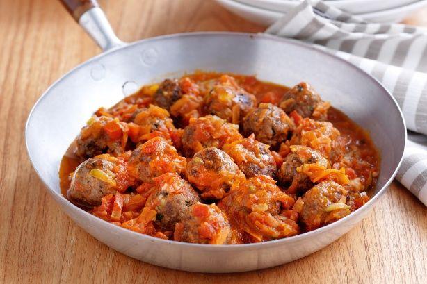 Κεφτεδάκια γεμιστά με τυρί, σε σάλτσα λαχανικών. Μια συνταγή για ένα νοστιμότατο και χορταστικό πιάτο για όλη την οικογένεια. Πηγή