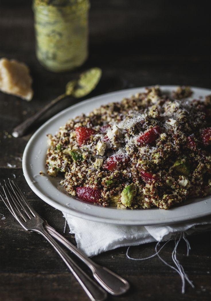 Voici une salade de quinoa qui met en vedette nos fabuleuses fraises du Québec et un mélange d'ingrédients tout simplement délicieux!