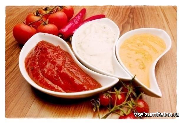 10 вариантов домашних соусов   Для приготовления вкуснейшего домашнего соуса тщательно перемешиваем все ингредиенты.   1. Растительное масло (например оливковое) + соль + сушеные травы (базилик, тимьян и т.д.) + лимонный сок. Идеально сочетается с рыбой, овощными салатами, мясом, курицей.   2. Сметана + 2 дольки чеснока + соль + черный перец + порубленный укроп. Сочетается с драниками, печеным и вареным картофелем, котлетами.  3. Зелень + лук + специи (по вкусу) + немного воды. Подходит для…