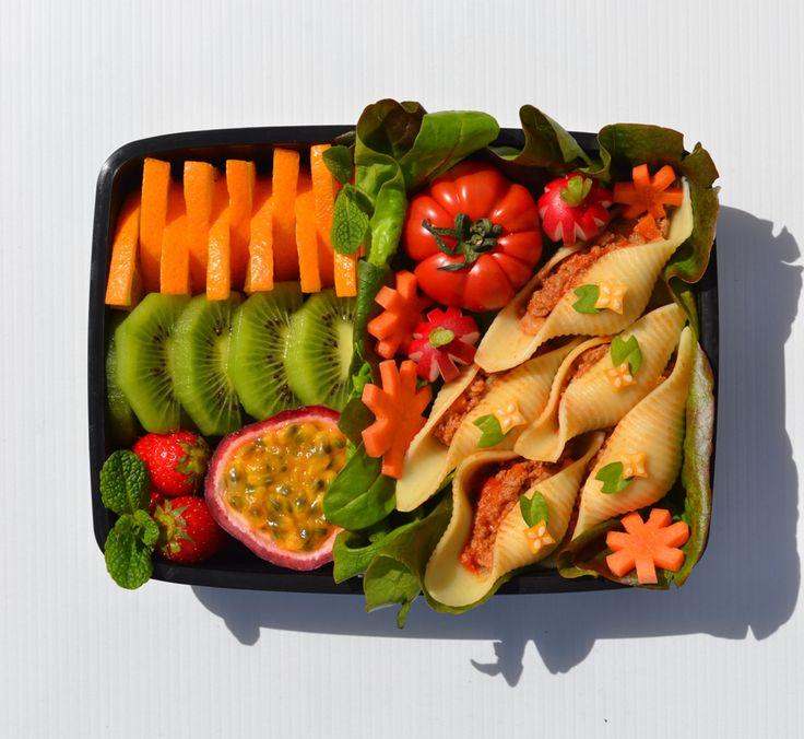 Aurélie's pasta bento. TOP 20 Finalists. France. Shikiri bento composé d'un plat de pâtes conchiglioni « géantes »  farcies de viande de bœuf  hachée aux oignons, à la carotte et à la sauce tomate. Pour la fraîcheur, j'ai ajouté en accompagnement des crudités : tomate, radis, rondelles de carottes « fleurs », salade verte. Pour terminer avec légèreté, j'ai choisi un mix de fruits composé d'orange, de  kiwi, de fruit de la passion et de petites fraises gariguettes de France avec de la menthe.