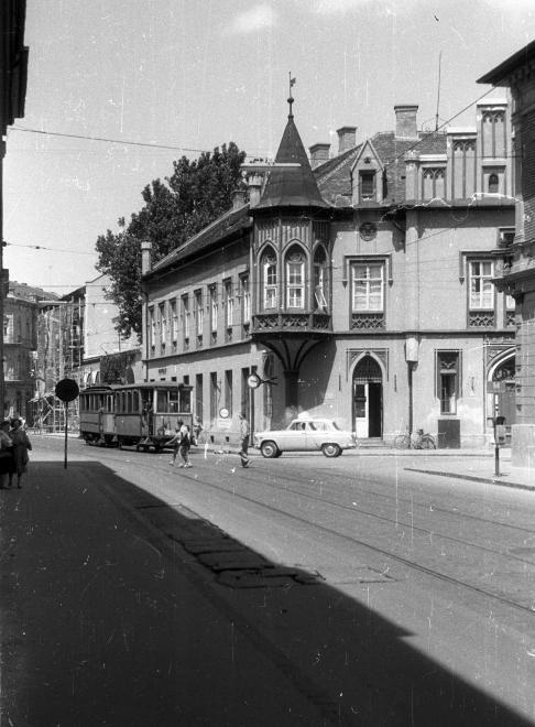 Kelemen László utca - Somogyi utca sarok a Zrínyi utcából nézve, szemben a Fekete ház.