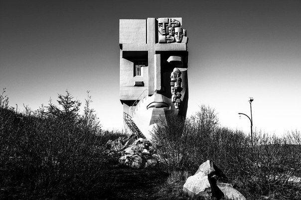 «Маска Скорби» — мемориал в Магадане, посвящённый памяти жертв политических репрессий. Авторы: скульптор — Эрнст Неизвестный, архитектор — Камиль Казаев.