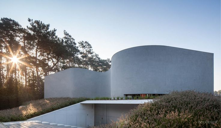 Fascinating concrete mansion surprises with its round shapes.