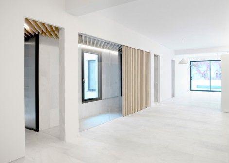 Jasne powierzchnie z marmuru i drewna to podstawowy element projektu renowacji apartamentu w Madrycie.  http://sztuka-wnetrza.pl/1546/artykul/aranzacja-mieszkania-na-bialo