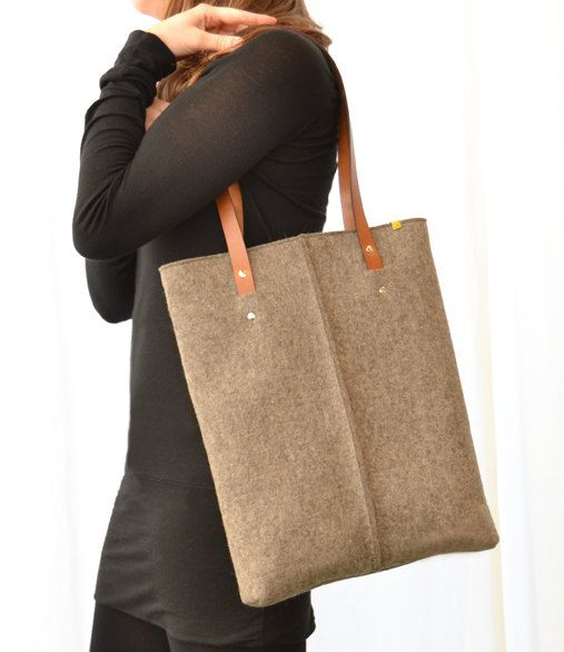 100% wool felt LAPTOP BAG with vegetable tanned leather handles in natural grey. http://www.anonimamentedesign.com/