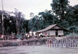 Missionarissen en kampongbewoners aan de Digoel, 1959